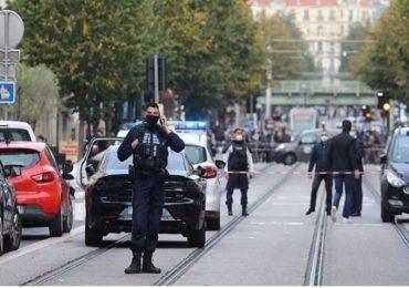 फ्रान्समध्ये चर्चबाहेर दहशतवादी हल्ला, तिघांचा मृत्यू