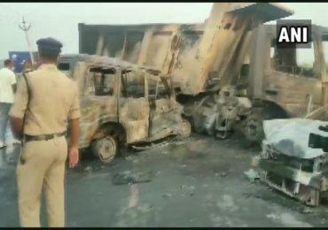 भीषण धडकेत दोन्ही वाहनांनी घेतला पेट, आगीत होरपळून 5 जणांचा जागीच मृत्यू