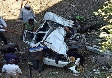 नंदूरबारमध्ये ट्रकची कारला धडक, कार 30 फुट दरीत कोसळली, तिघांचा जागीच मृत्यू