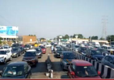 मुंबई-पुणे एक्स्प्रेस वेवर दोन किमीपर्यंत रांगा, गाड्या विनाटोल सोडल्याने ट्राफिक जाम आटोक्यात