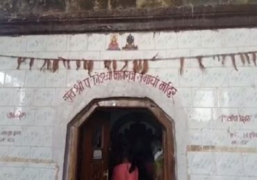 मंदिरे उघडताच चोरट्यांचा हैदोस, CCTV वर पोते टाकून दानपेटी फोडली