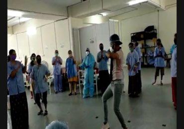 कोरोनाग्रस्तांच्या आयुष्यात विरंगुळ्याचे क्षण, ठाणे कोव्हिड हॉस्पिटलमध्ये तरुणाचा 'नृत्यानंद'