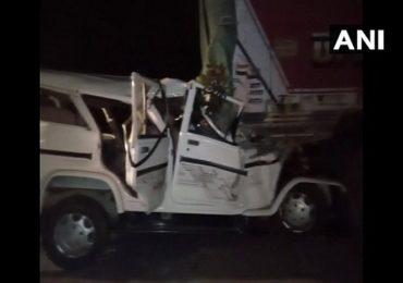 चालकाचा डोळा लागल्याने बोलेरोची ट्रकला धडक, 6 चिमुकल्यांसह 14 जणांचा जागीच मृत्यू