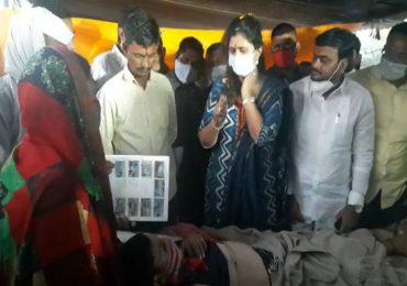 अपघातात जखमी झालेल्या ऊसतोड मजुराच्या कुटुंबाचे पंकजा मुंडेंकडून सांत्वन, कुटुंबाला घेतलं दत्तक