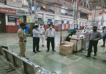 PHOTO | मुंबईत रेल्वे स्थानकांवर रांगा; परराज्यातील प्रवाशांना स्क्रिनिंगनंतरच प्रवेश