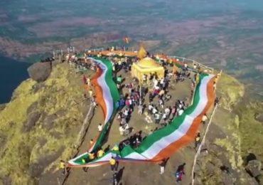 कळसुबाई शिखरावर तिरंगी झेंड्याद्वारे साकारला महाराष्ट्राचा नकाशा, शहीद जवानांना अनोखी आदरांजली