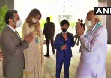PM Modi in Pune | पुनावाला कुटुंबाकडून पंतप्रधान मोदींचं हातजोडून स्वागत; मोदींचा पुनावालांच्या मुलाच्या पाठीवर हात