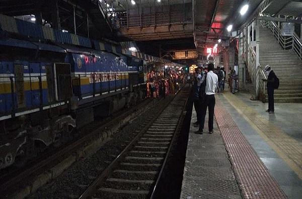 PHOTO | डहाणू-चर्चगेट लोकल बंद केल्याने संतप्त प्रवाशांचा रेल रोको, राजधानी एक तास रोखली