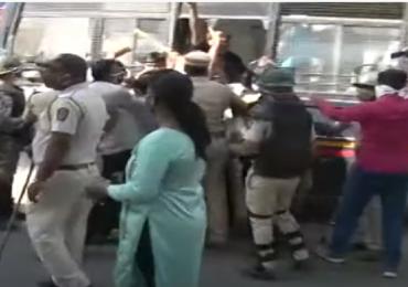 साखर कारखान्यात अडकलेला निधी परत देण्याची मागणी करणाऱ्या आंदोलकांवर पोलिसांचा लाठीचार्ज, काहींची धरपकड