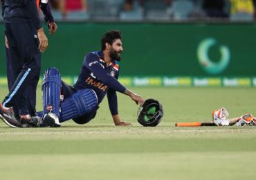 India vs Australia 1st T20  : बॅटिंगदरम्यान  हेल्मेटवर चेंडू आदळला, रवींद्र जडेजा मैदानाबाहेर, टीम इंडियाच्या अडचणीत वाढ