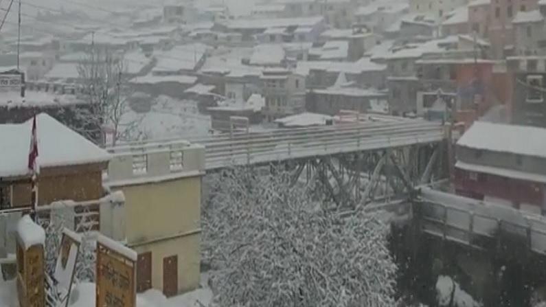 Badrinath Temple snow