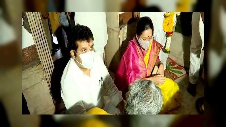 Sanjay Rathod wife sheetal Rathod at Poharadevi temple mananging crowd create way for her husband