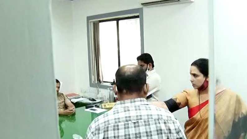 Chitra wagh at wanawadi police